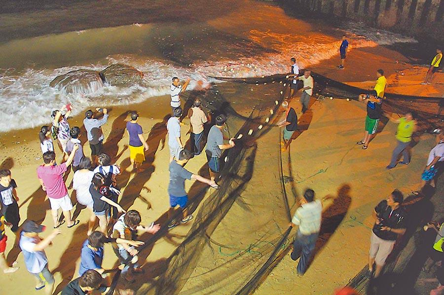 陸客在馬祖海邊牽罟。(本報系資料照片)