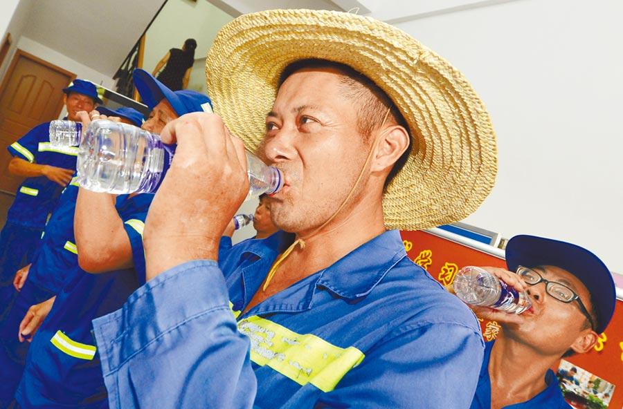 喝下清涼的礦泉水,夏日工作的辛勞一掃而空。