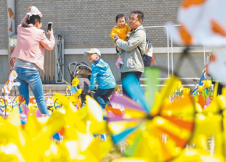 大陸最休閒城市,北京榜上有名,圖為2019年4月7日北京首屆夢幻風車藝術文化節成為市民休閒度假好去處。(新華社資料照片)