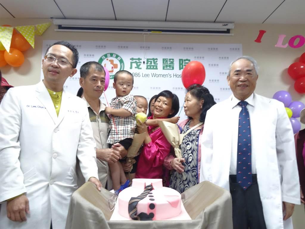 醫療團隊與陳振榮夫婦一家,以及小林村村民一起在八八風災十周年前夕切蛋糕慶祝重生。(馮惠宜攝)