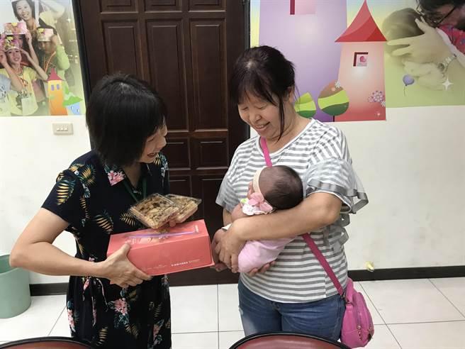 寄養家庭為鳳梨妹慶祝滿月。(林和生翻攝)