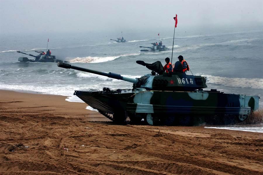 共軍經過20多年的裝備現代化,目前的兩棲作戰能力大幅躍升,相較於1996台海危機時期已不可同日而語。圖為共軍兩棲部隊實兵演練。(圖/新華社)