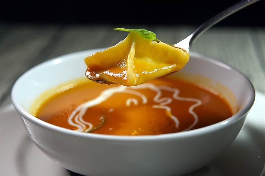 台北君悅〈Ziga Zaga〉新菜單中的〈爐烤番茄湯〉,湯內搭配著用馬札瑞拉起司作餡的麵餃,是很經典的義大利菜。(圖/姚 舜)