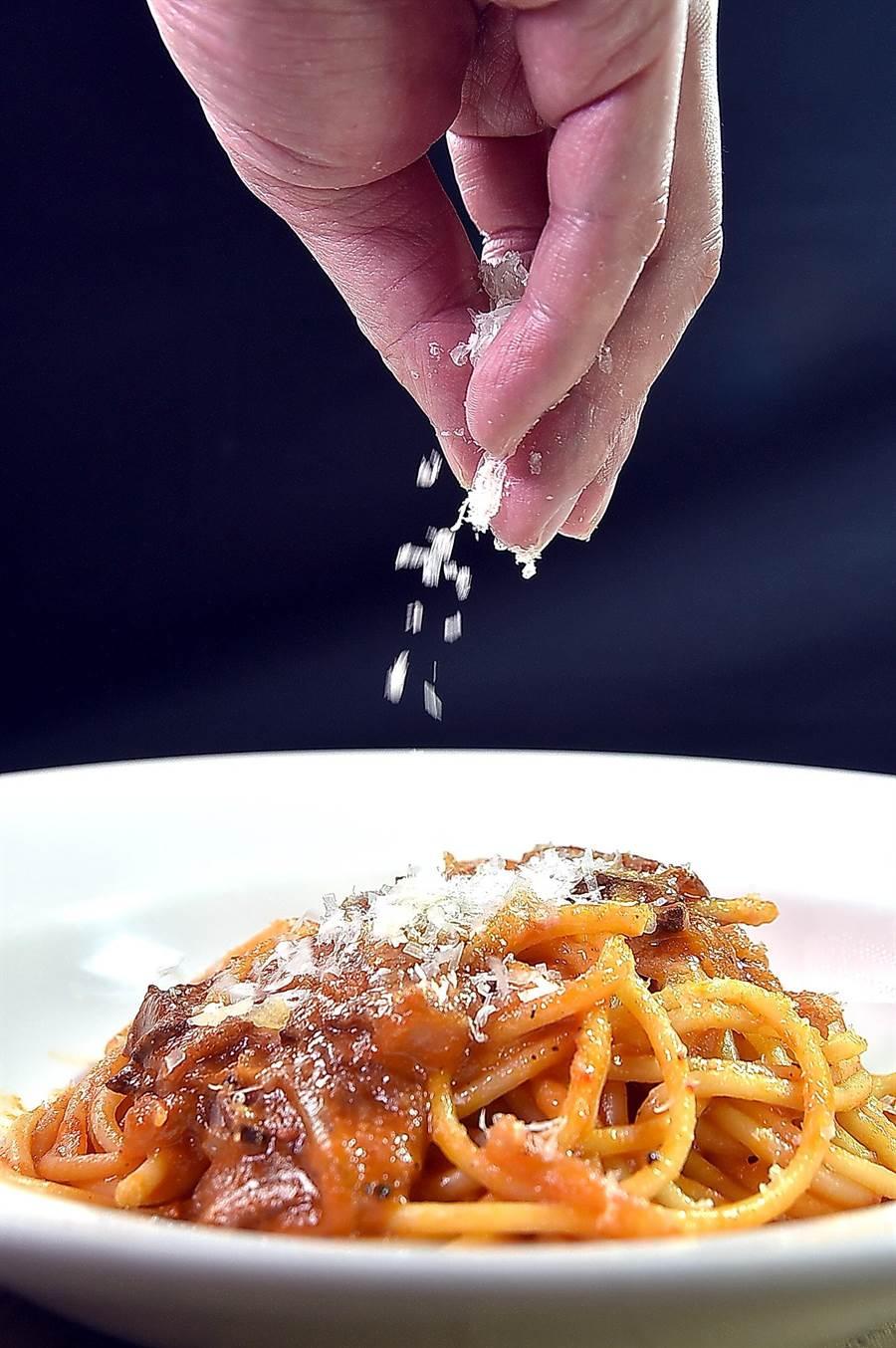 用Guanciale豬臉頰肉為主角的〈直管通心麵.風乾豬臉頰肉〉,是以番茄汁與辣味番茄炒製的羅馬式pasta。(圖/姚舜)