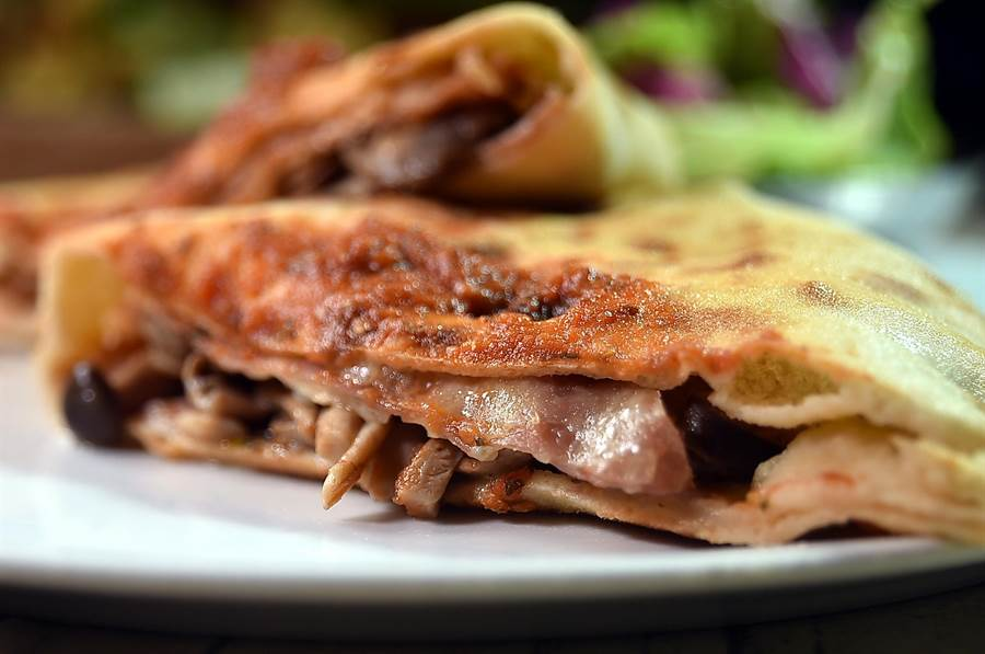 〈Ziga Zaga〉的〈披薩餃〉的內餡包著豬肉和義式臘腸,口感與味道層次豐富。(圖/姚舜)