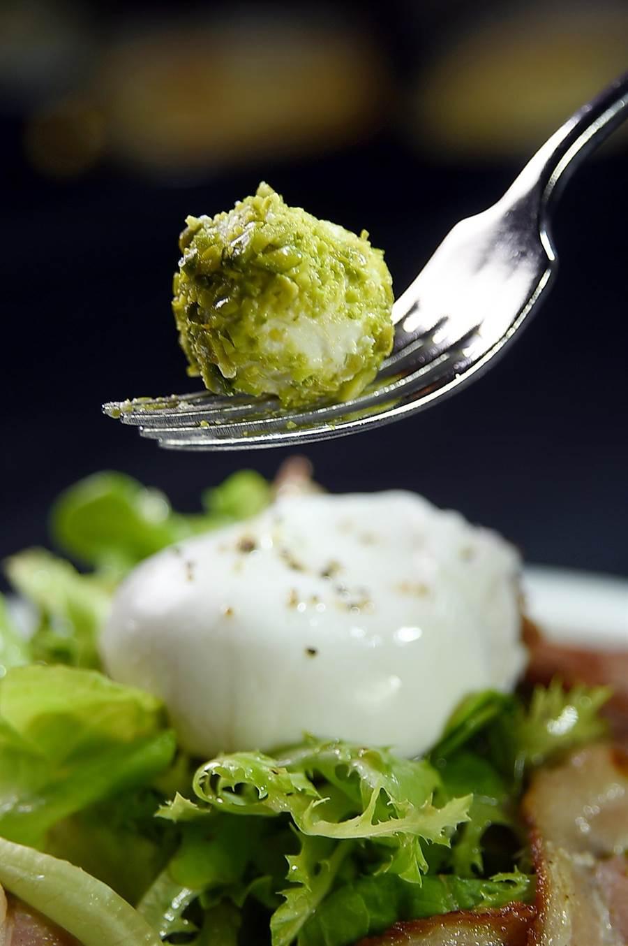 〈羊奶起司沙拉〉的醬汁是用橄欖油、檸檬汁和雪莉酒醋調製,沙拉內的羊奶起司外層並裹了一層綠色開心果碎,增加風味與口感。(圖/姚舜)