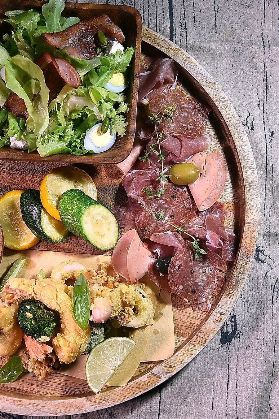 台北君悅〈Ziga Zaga〉的〈義式開胃集〉,是一集合酥炸海鮮、生菜沙拉、綜合冷肉,以及節瓜、橄欖、番茄和馬札瑞拉起司的綜合拼盤。(圖/姚舜)