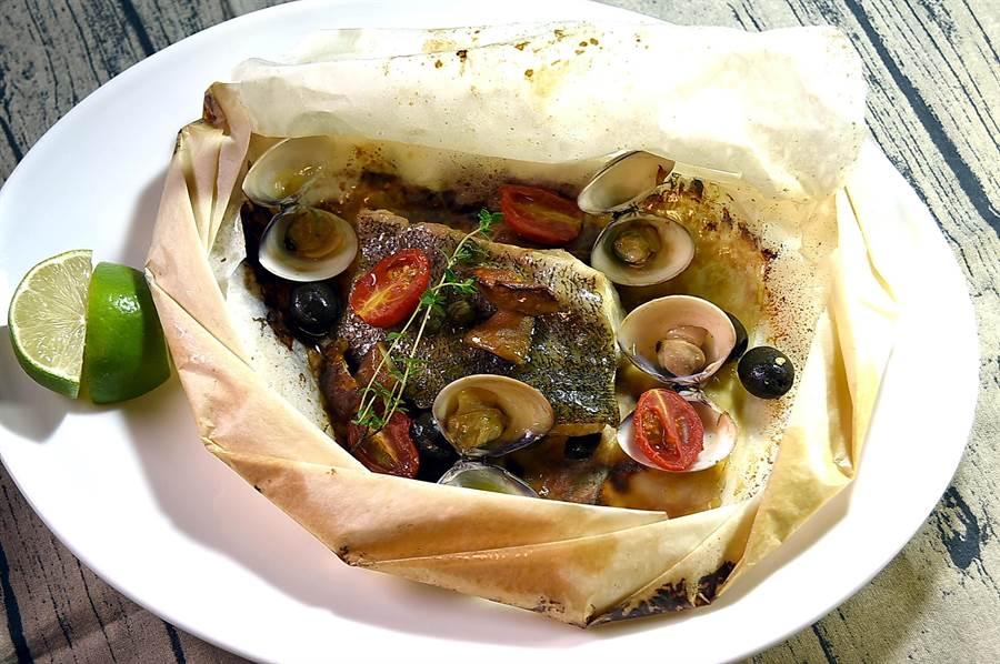屬地中海風味的〈爐烤紙包魚〉內容豐富,除了石斑魚菲力外並有牛肝箘、蛤蜊和橄欖與番茄,風味迷人。(圖/姚舜)