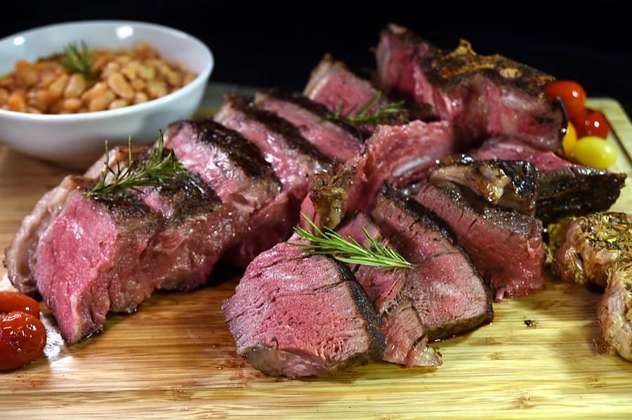 國人喜歡大口吃肉,在台北君悅〈Ziga Zaga〉義大利廳現今可以嘗到巨無霸級的〈碳烤佛羅倫斯丁骨牛排〉,一次兼饗義式紐約克牛排與菲力牛排的美味。(圖/姚舜)