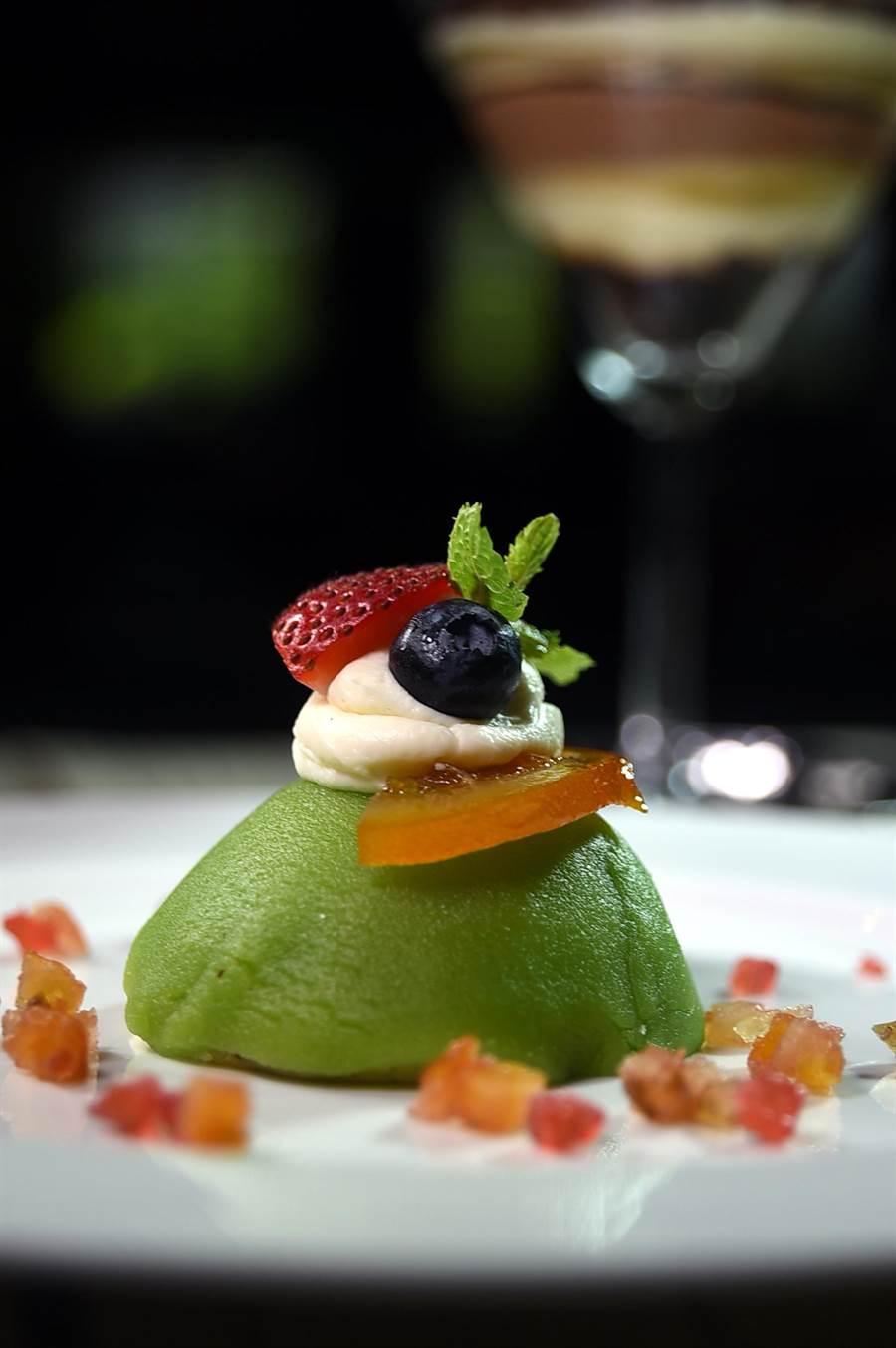 用杏仁糖糕覆蓋並用糖漬水果裝飾的〈卡薩塔乳酪蛋糕〉,是傳統的西西里節慶甜點,如今在君悅〈Ziga Zaga〉可以嘗到。(圖/姚舜)