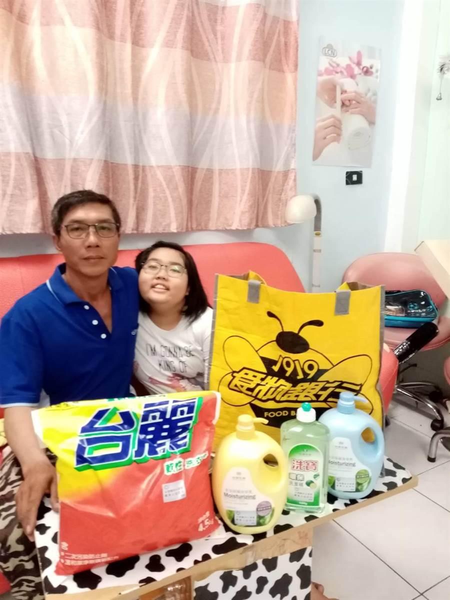 模版工阿正(左)期待父親節時,能聽到女兒說一聲「父親節外樂」。(中華基督教救助協會提供)