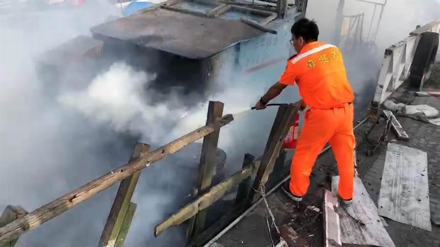 王功漁港6日傍晚發生一件離奇火警,停靠在岸邊膠筏漁船突然燃燒起來。(吳敏菁翻攝)
