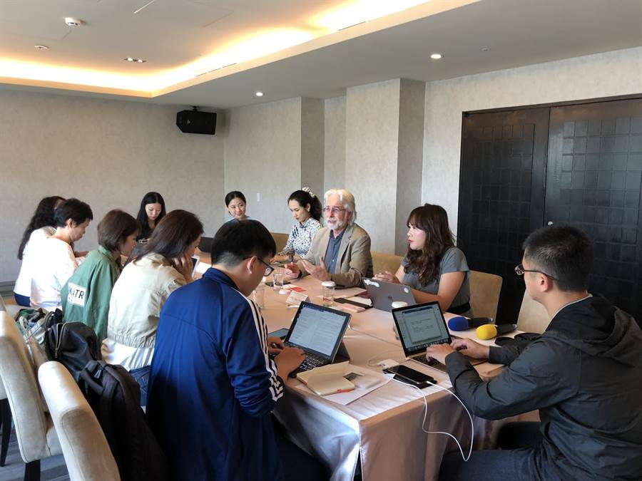 Richard Gingras (中) 向台灣的媒體記者解說 Google 新聞如何客觀運作方式,以及 Google 如何因應不實訊息。(圖/翻攝 Google Blog)