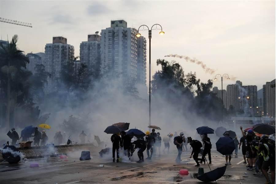 香港民眾(5日)發動罷工、罷市及罷課「全港三罷」及「地鐵不合作運動」。(美聯社)