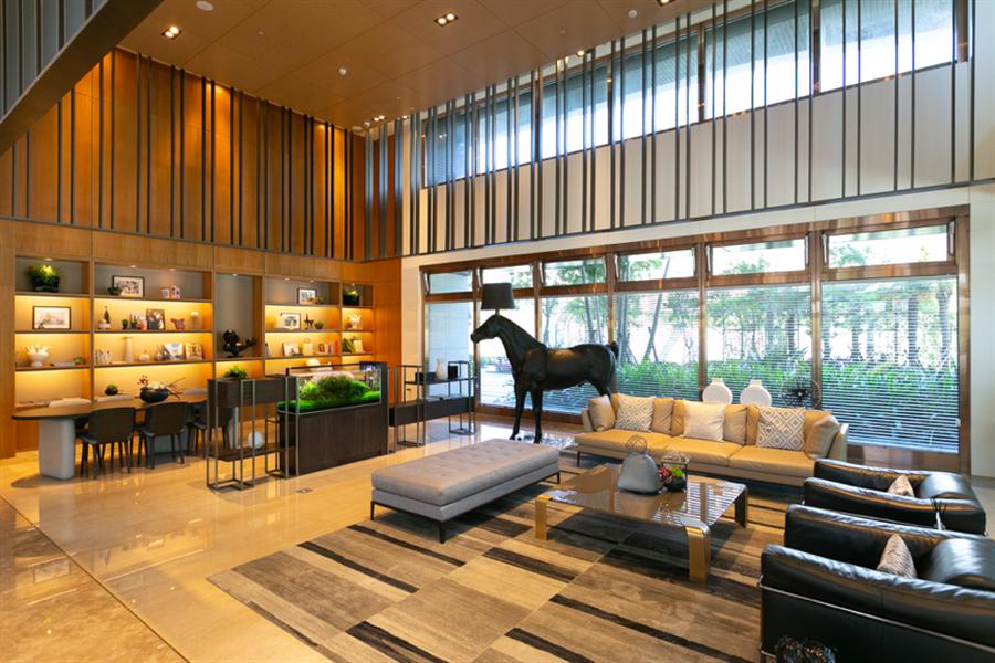 雙迎賓門廳,搭配國際經典設計款精品傢俬妝點空間。圖/易繼中攝。