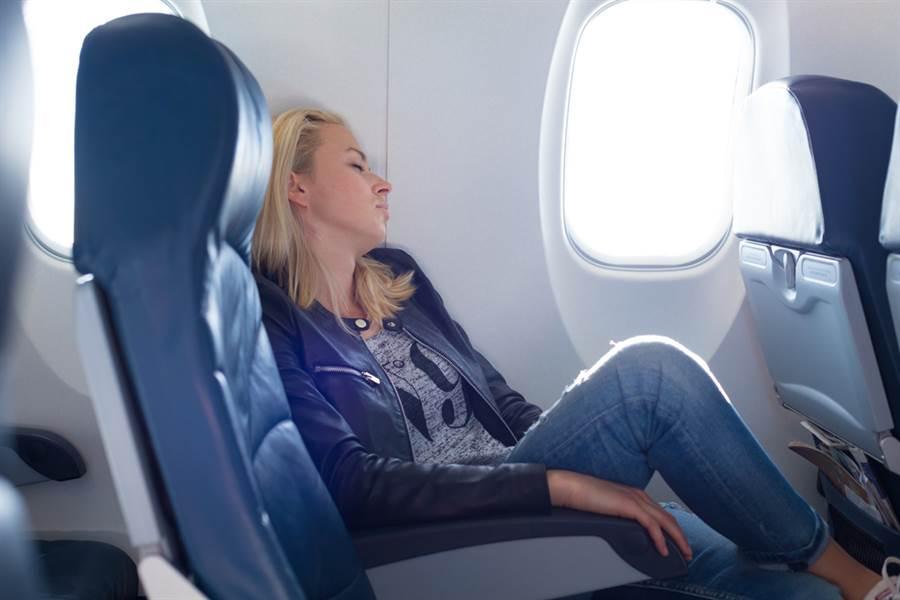 英國一名婦人日前搭乘易捷航空,上機後卻發現自己的座位沒有椅背,同機乘客將婦人坐在沒有椅背的座位上的照片貼上網,引起熱議。(示意圖/shutterstock)