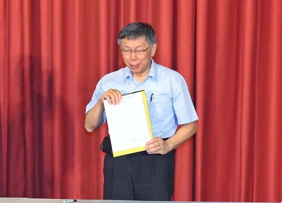 台北市長柯文哲擔任台灣民眾黨黨主席,並簽署創黨後的第1個公文。(資料照,姚志平攝)