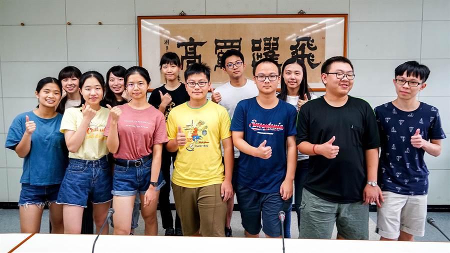 羅東高中有216人報考指考,不少學生如願錄取國立大學。(李忠一攝)