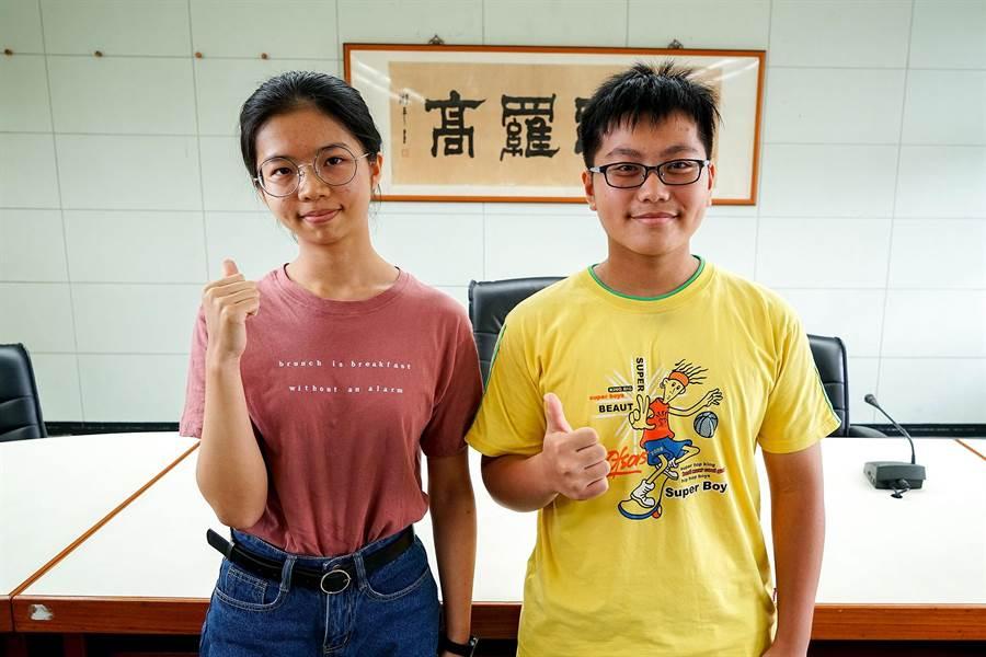 羅東高中學生劉孟竹(左)、謝友濠是大學指考宜蘭縣1、3類組榜首。(李忠一攝)