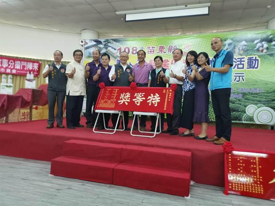 頒獎典禮中並表揚新品種「秋黃梨」比賽特等獎得主黃梁生。〔謝明俊攝〕