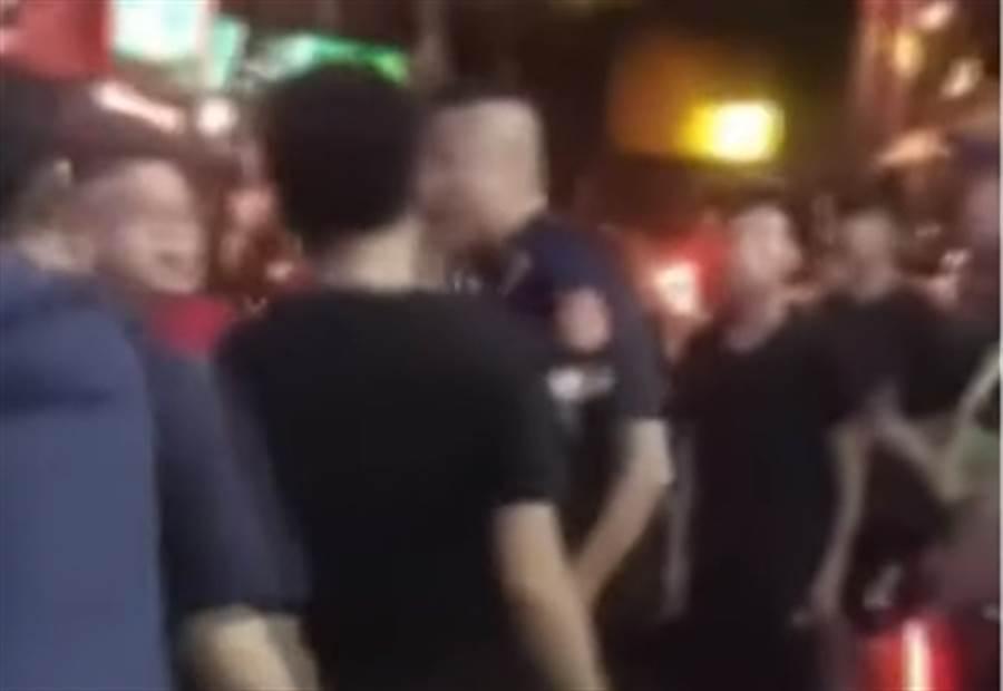 警方4日凌晨於林森北路一家酒店壓制大批黑衣人。〈圖/擷取自中天新聞〉