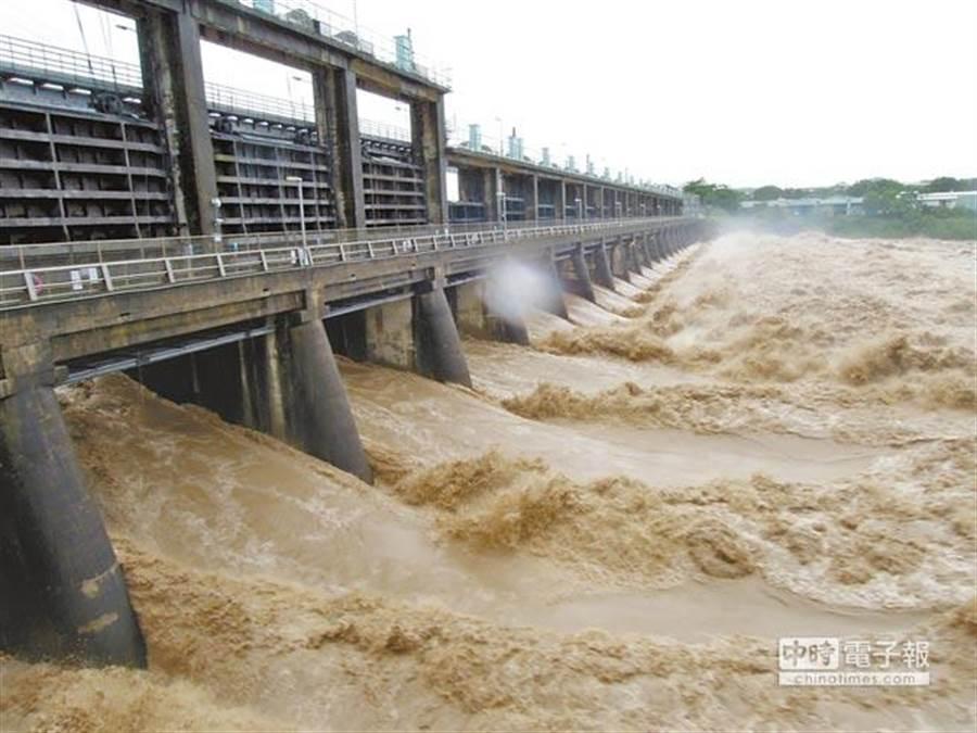 由於颱風帶來山區大雨,大台北地區原水濁度開始飆高,籲請民眾提早儲水備用。(圖/本報資料照片)