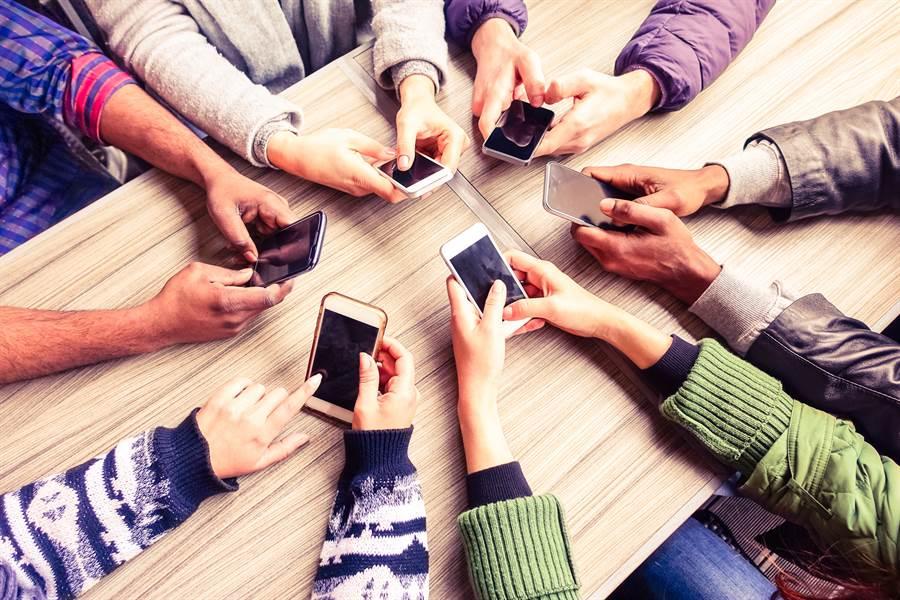 根據 IHS Markit 最新公布的 2019 年 Q2 智慧型手機出貨量報告,蘋果 iPhone 落居第四,已經被 OPPO 超越。(達志影像/shutterstock提供)