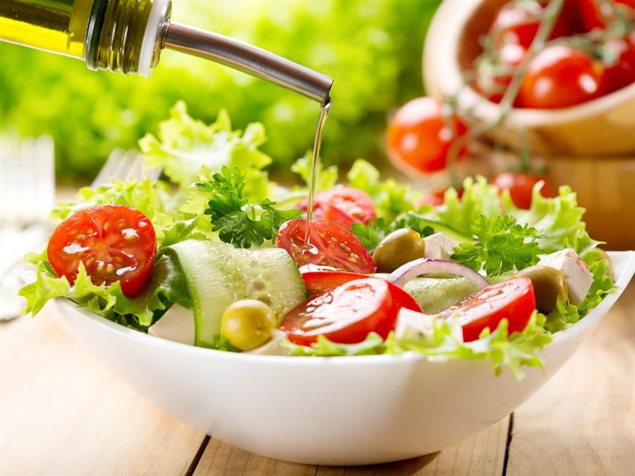 生吃菜還是煮熟吃菜好?營養師建議,高血鉀患者少吃。(達志影像)