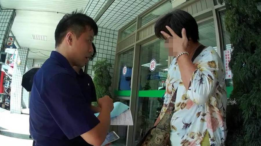 竹南分局竹南所員警及時勸阻巫女上當。〔謝明俊翻攝〕