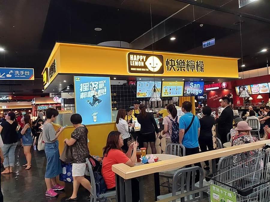 雅茗「快樂檸檬」在新店家樂福店,平日下午亦出現人潮。(圖/雅茗天地集團)