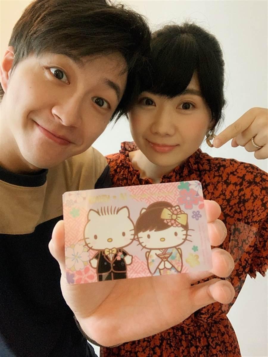 江宏傑(左)、福原愛(右)拿著Q版悠遊卡拍下可愛的合照。(取自江宏傑臉書粉專)