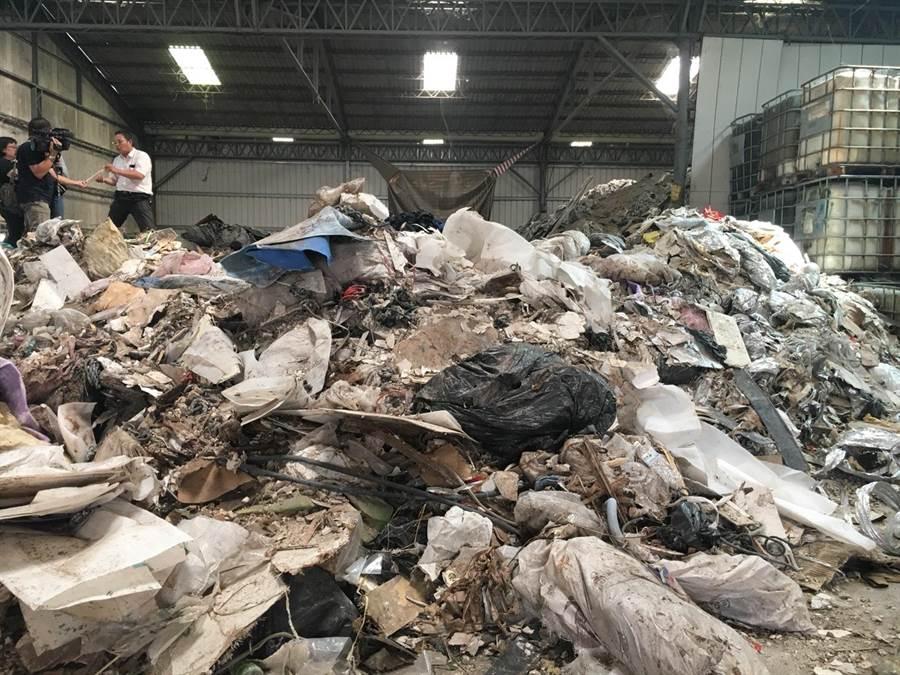 和美鎮一間近1分地的閒置廠房今年二月初出租後,被業者運進數百公噸各式各樣的廢棄物。(吳敏菁翻攝)
