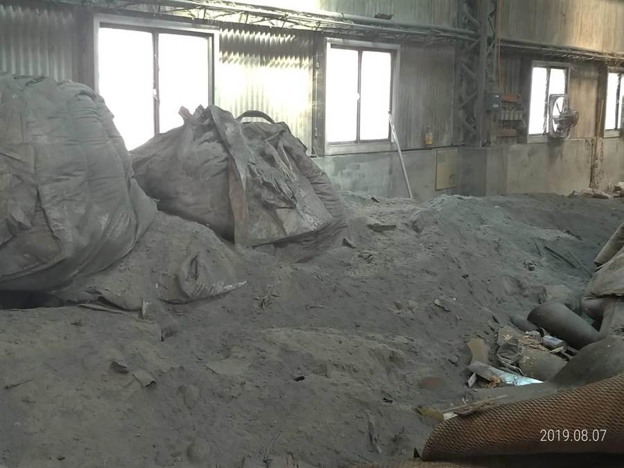 和美鎮一間近1分地的閒置廠房今年二月初出租後,被業者運進數百公噸各式各樣的廢棄物,集塵灰破散滿屋,非常恐怖。(吳敏菁翻攝)