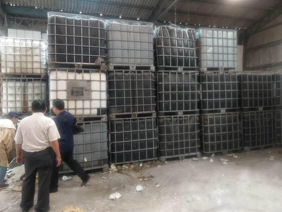 和美鎮一間近1分地的閒置廠房今年二月初出租後,被業者運進數百公噸各式各樣的廢棄物,環保局會同檢警前往稽查。(吳敏菁翻攝)