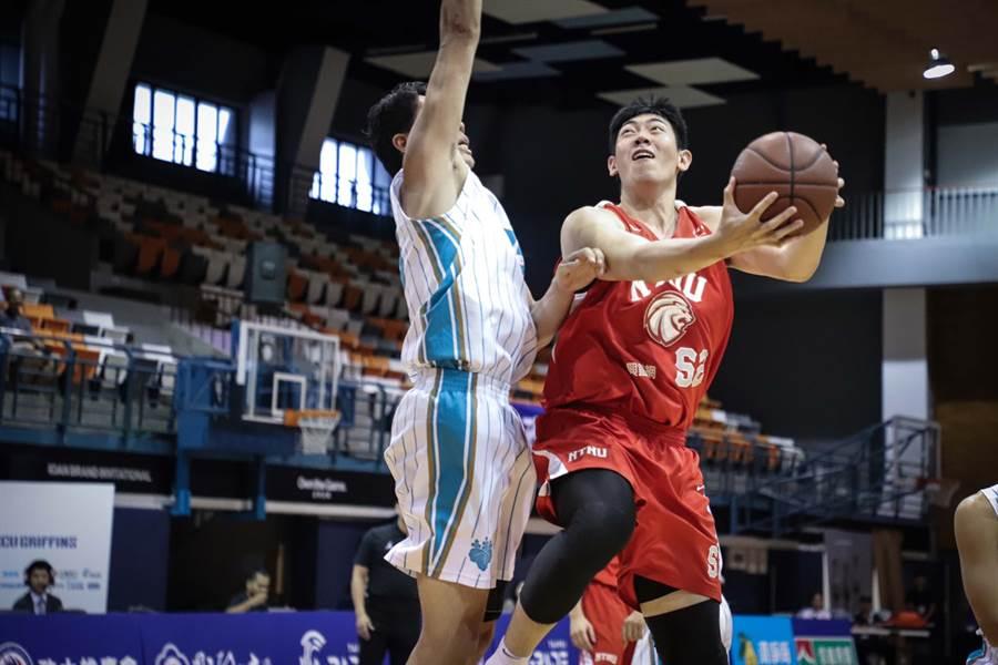 台師大容毅燊(右)用19分、12籃板好表現,幫助球隊集退日本筑波大學。(政大雄鷹會提供)