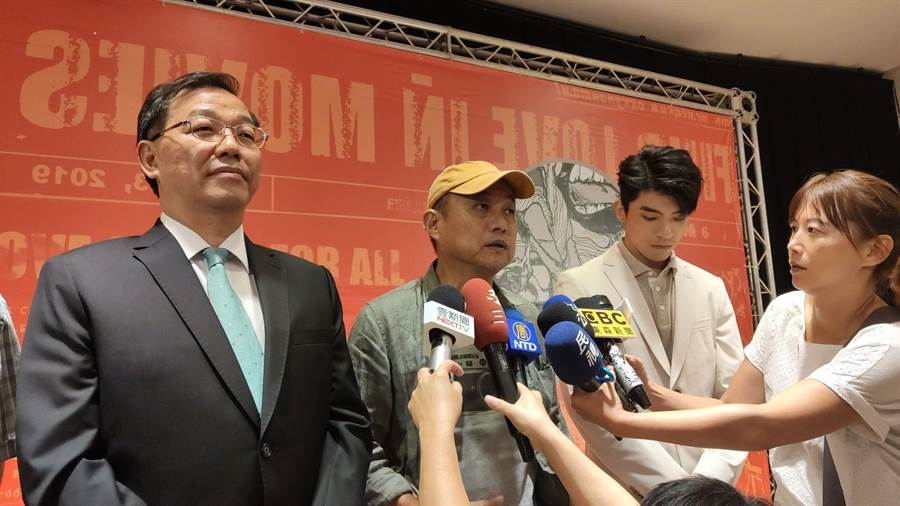 電影節策展人、金馬獎年度最佳台灣電影、最佳紀錄片得主鄭文堂(左二)表示,希望全世界都可以參加我們的影展。(賴佑維攝)