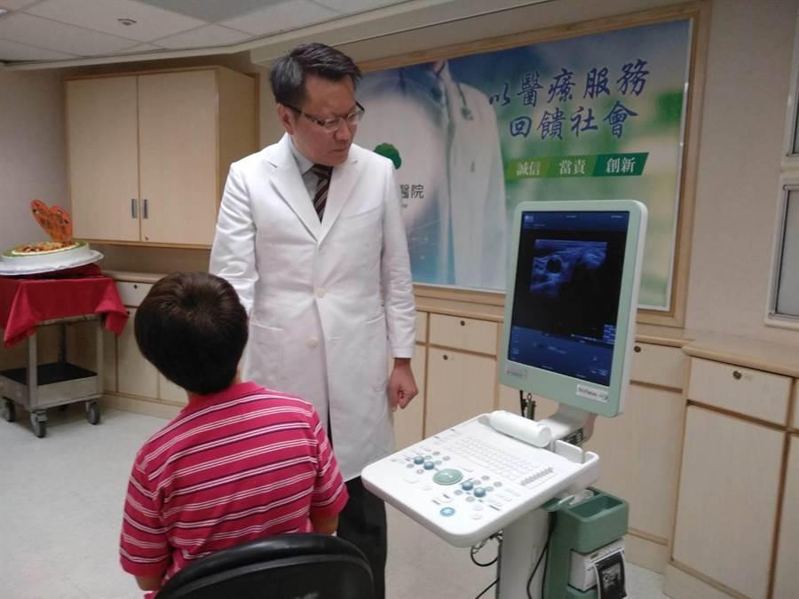 王文弘醫師摹擬為病患進行「超音波導引射頻消融手術」。(魏怡嘉攝)