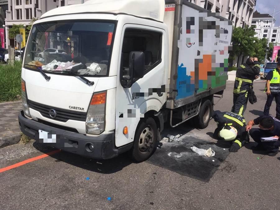 台中市西屯區7日下午發生一起小貨車差點嚴重火燒車的意外,幸好及時撲滅火源。(盧金足翻攝)