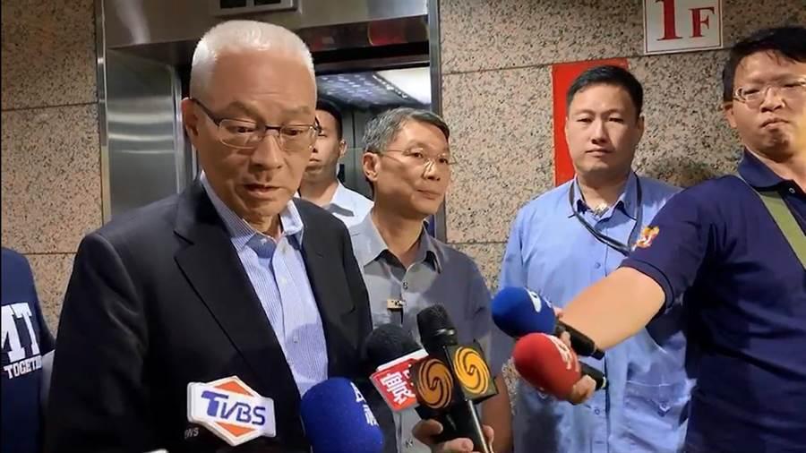 吳敦義在國民黨中常會後受訪,轟柯文哲違背道義,剽竊「台灣民眾黨」。黃福其/攝