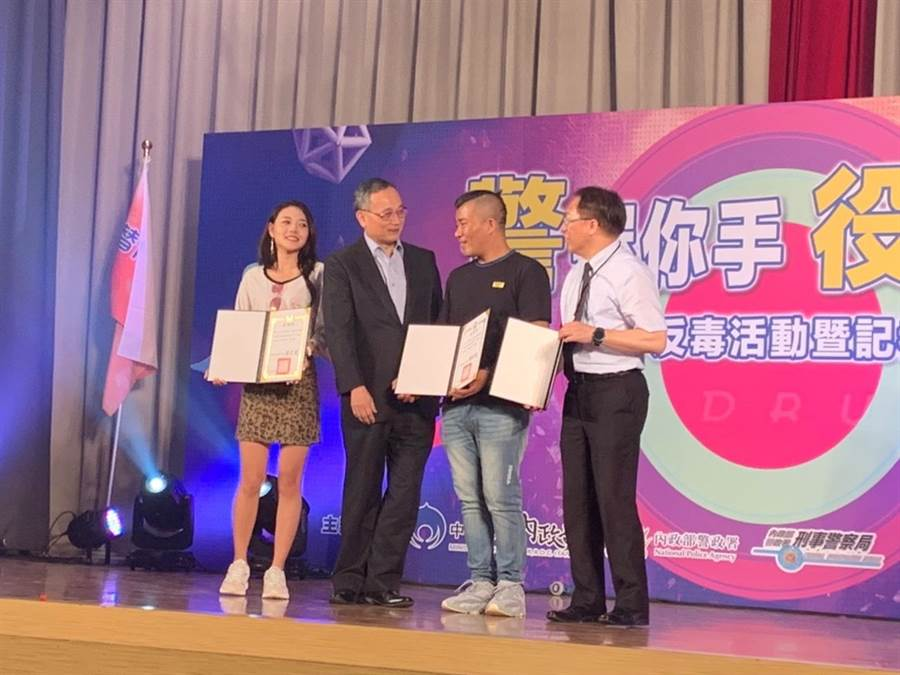 警政署長陳家欽頒發感謝狀給參與的網紅團體。(實習記者姜霏攝)