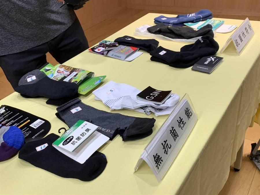 新北市抽驗市售14款抗菌襪,高達10件不符合國家抗菌標準,其中5件甚至完全沒有抗菌效果。(譚宇哲攝)