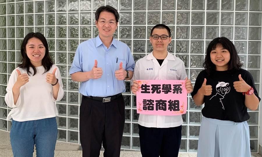 暨大附中校長張正彥(左2)與獲錄取警專及南華大學生死學系「雙榜」的潘建達(右2)。(楊樹煌攝)