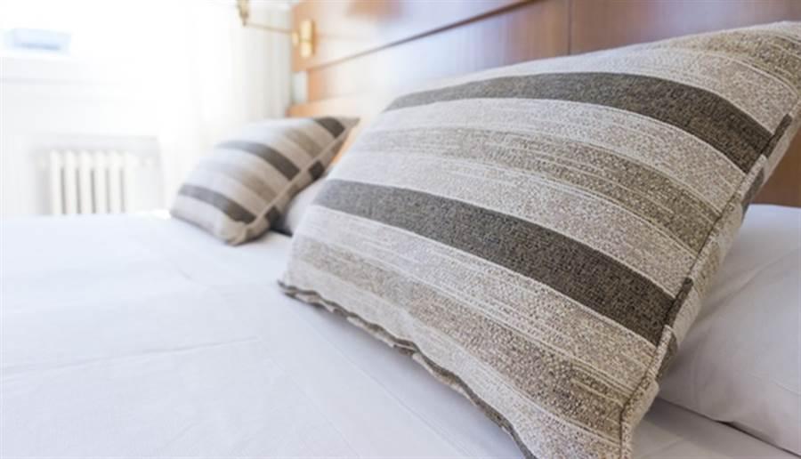 枕頭的寬度要比自己的肩膀寬。(圖/pixabay)