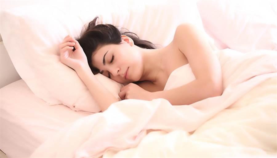 習慣仰睡的人枕頭壓平後,高約肩膀的厚度。(圖片來源:pixabay)