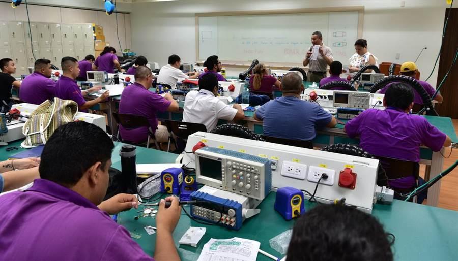 手機維修班大受歡迎,在協助拚外交的同時,讓學員更認識台灣製造。(盧金足攝)