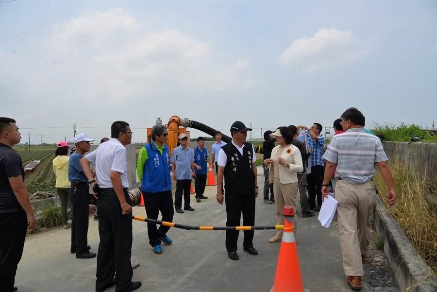 張麗善(右前二)要求加強防汛道路安全防護設施。(張朝欣攝)
