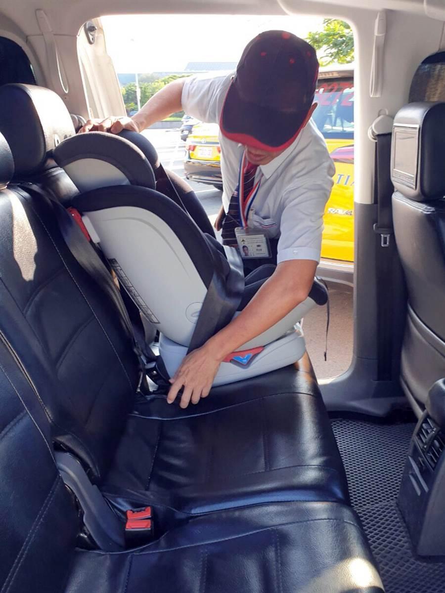 每位司機也都受過兒童安全座椅安裝的訓練。(機場公司提供)
