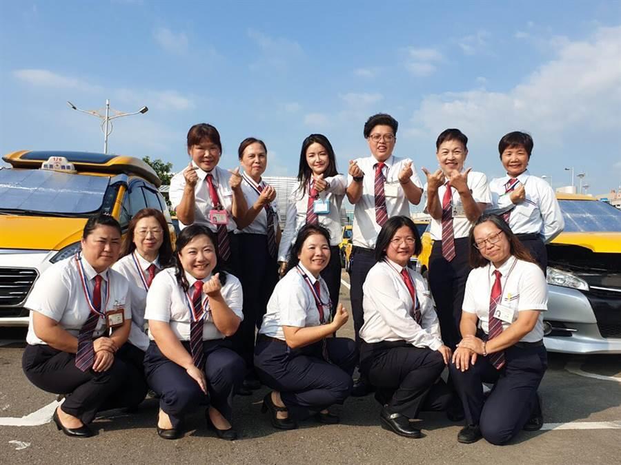 桃園國際機場排班計程車隊為提升服務品質,可特別指定為女性旅客服務,由16位女性司機組成的美少女車隊。(機場公司提供)