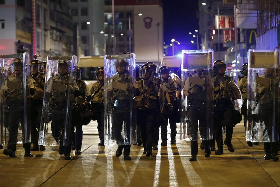 香港三罷與警民衝突升級,北京態度轉趨強硬。圖為香港警察全副鎮暴裝備警戒。(圖/美聯社)