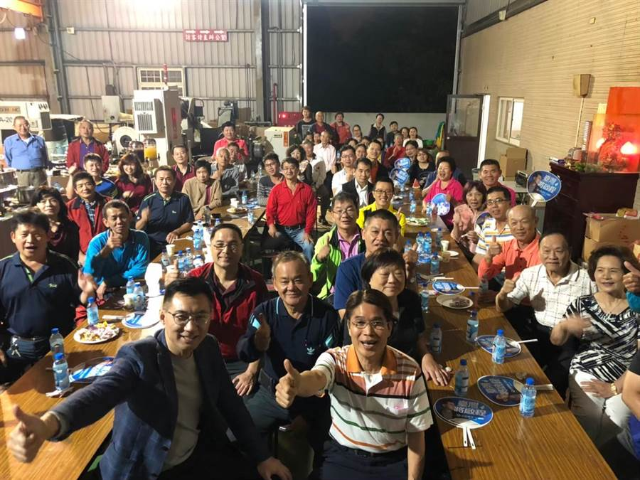 立委江啟臣(前排左一)近2個月連跑60餘場客廳會,傾聽鄉親心聲。(王文吉攝)